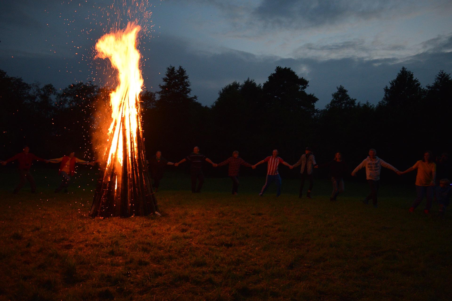 Der Tanz Um Das Feuer